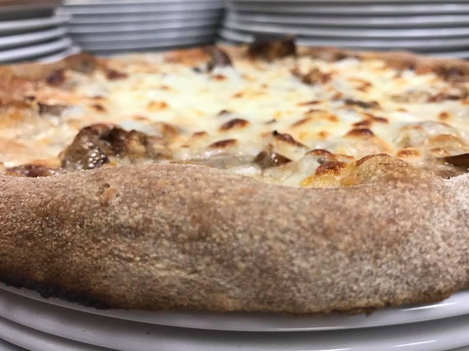 pizza croccante appena uscita del forno
