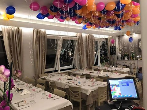sala di un ristorante con palloncini