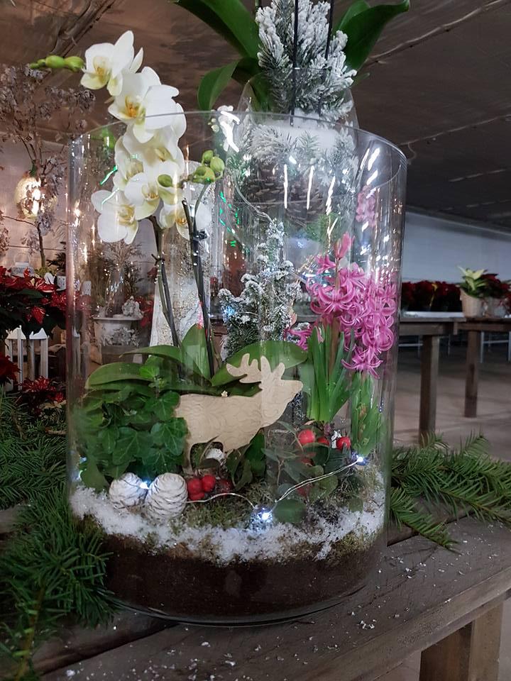 Fiori in un grande vaso trasparente