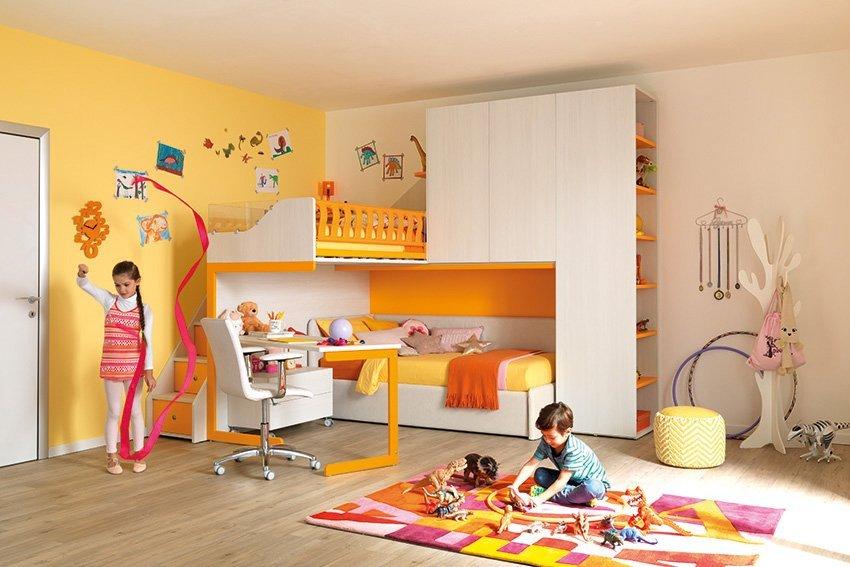 cameretta a tonalità gialla e arancione