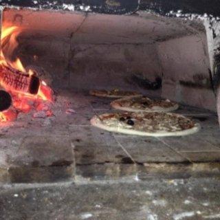 Pizza cotta al forno a legna