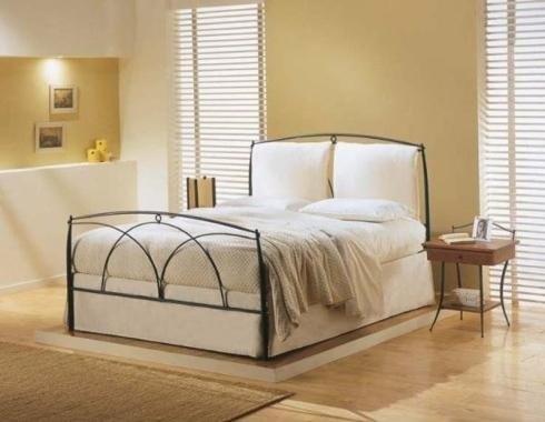 letto con struttura in ferro battuto