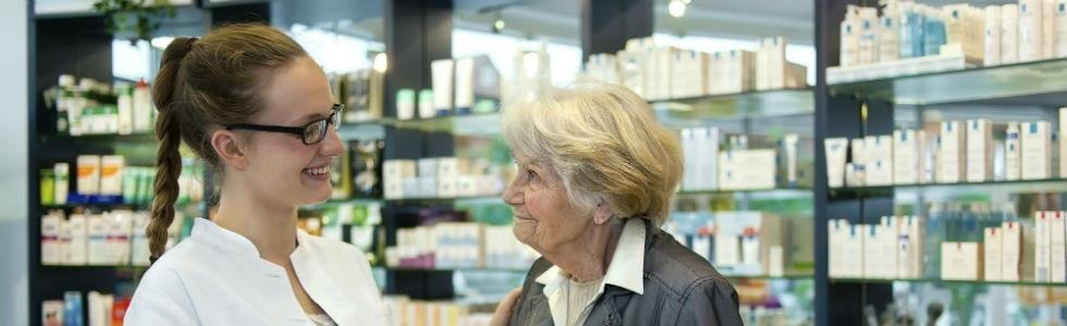 farmacista con paziente anziana