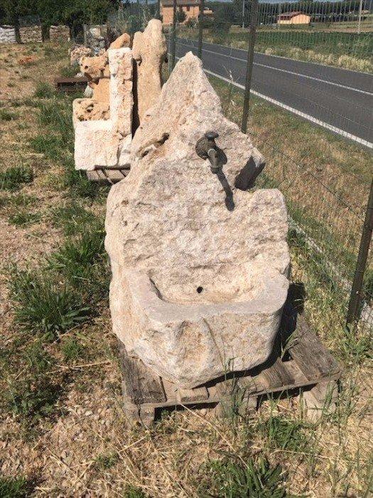 Fonte a forma di piccolo dolmen