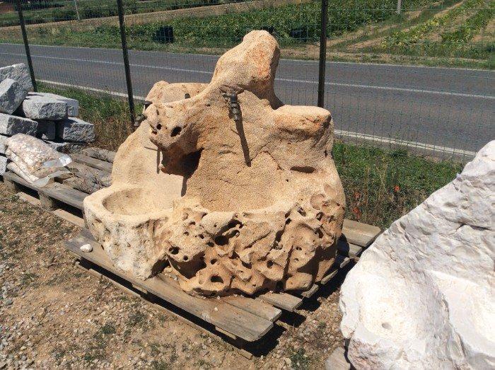 Fonte di pietra per giardino