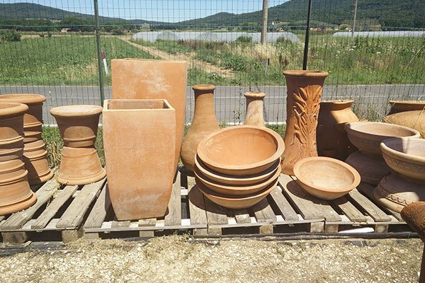 Vasi di argilla di varia forma e dimensioni