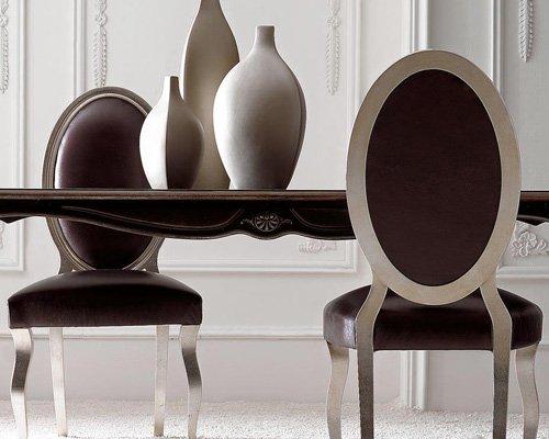 Vista di un tavolo con sedie eleganti a Sommatino