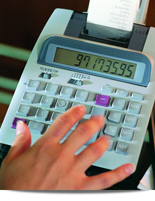 Lady putting some figures into a calculator