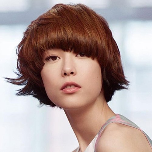 donna con i capelli corti castani