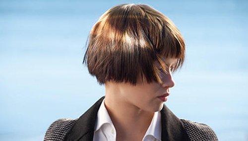 una ragazza con i capelli a caschetto corti e colpi di sole
