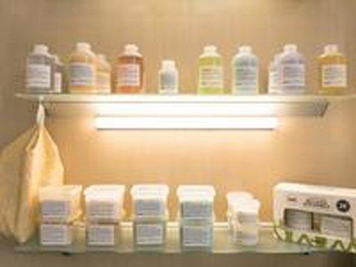 uno scaffale con diversi prodotti shampoo
