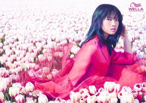 una ragazza tra tulipani bianchi con capelli mossi