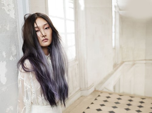 una ragazza con i capelli lunghi neri e shatush grigio