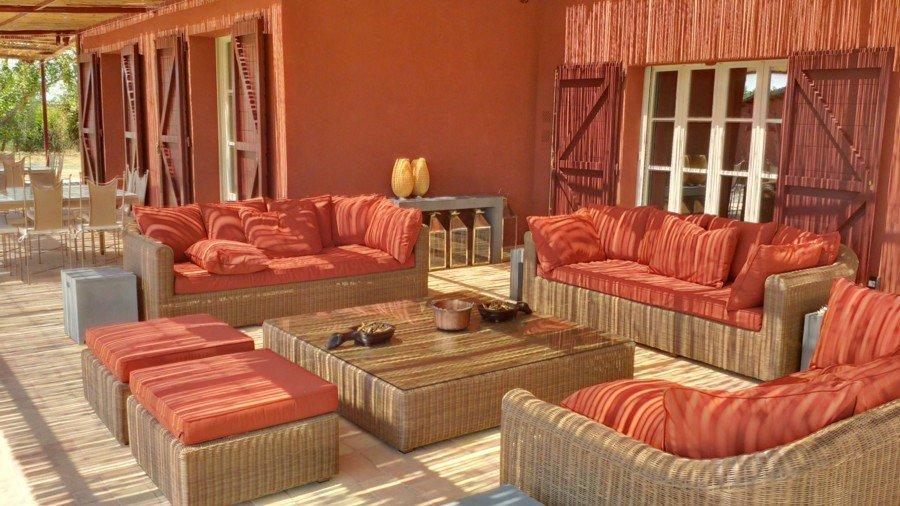 salotto con tavolino in legno centrale