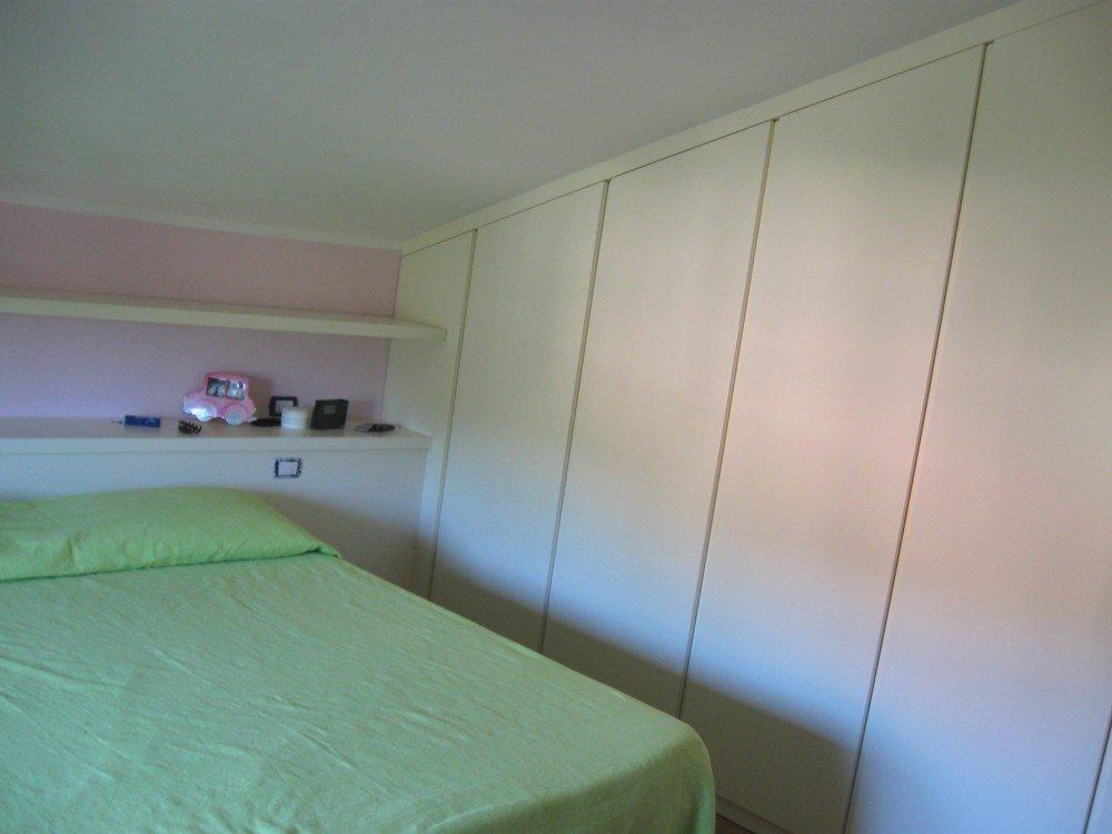 armadio in legno bianco in camera da letto