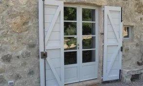 Porta e sportelloni di color bianco