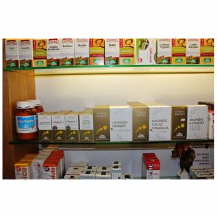 Tre mensole con vari prodotti di cui uno con scritta magnesio, calcio, vitamina D