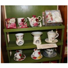 Un mobile di color verde con delle tazze e servizio del tè'
