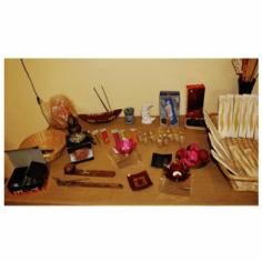 Un tavolo con dei diffusori profumati