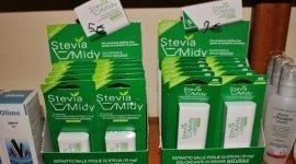 Due scatole con dei prodotti in confezioni verdi con scritta stevia midy