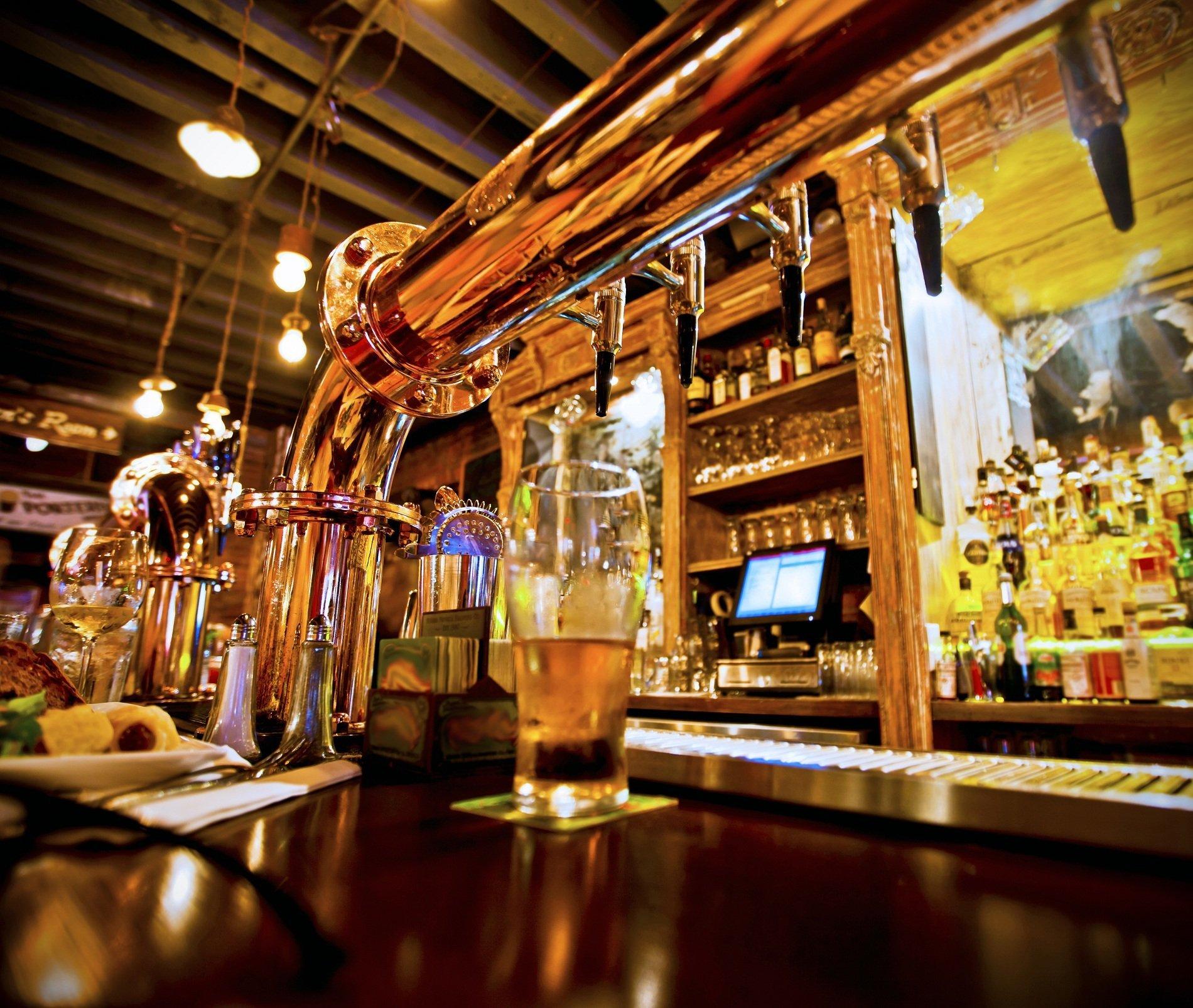 Immagine del pub con il tubo e i rubinetti di birra alla spina