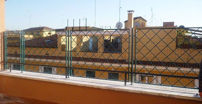 ringhiera con vista su un condominio giallo