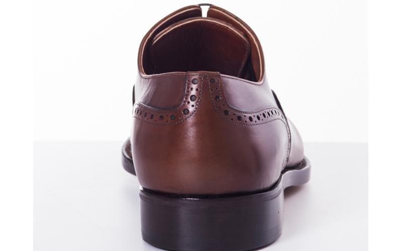 модель коричневых оксфордов модена