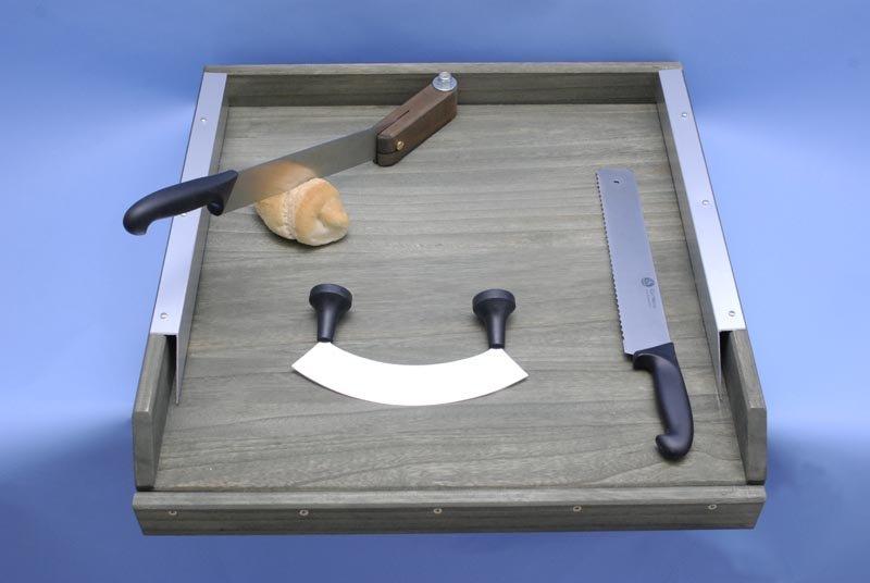 tagliere con diversi tipi di coltelli e un pezzo di pane