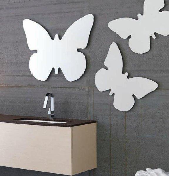 bagno con pannelli a forma di farfalla attaccati al muro