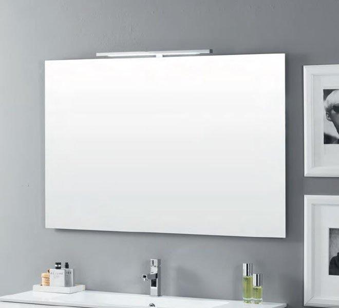 bagno moderno con specchio e lavabo