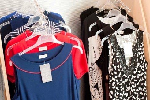 Il negozio propone magliette, copri costumi ed abiti da donna.