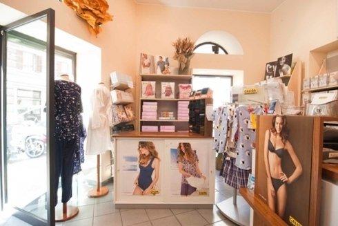 IL negozio propone costumi ed intimo per uomo e donna.