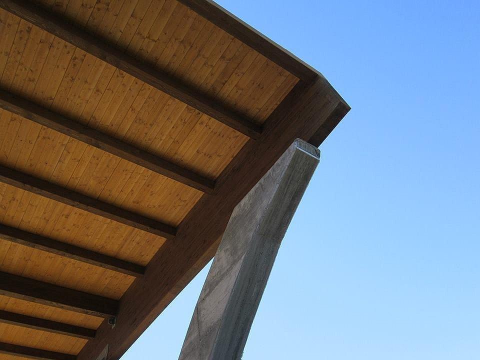 Copertura con pannelli in lamiera su struttura in legno lamellare - Piscina comunale Rende (CS)