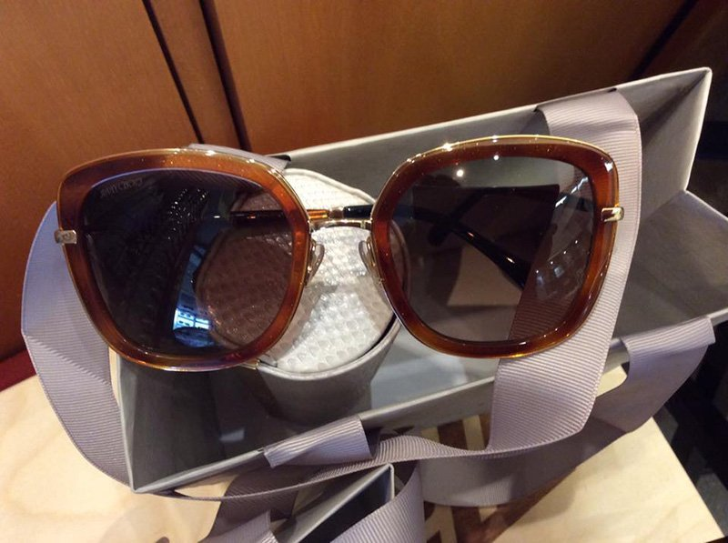 primo piano di un occhiali da sole con cornice colore marrone