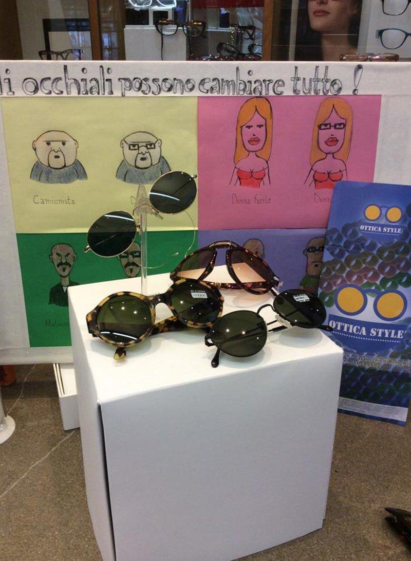 promozione di occhiali con scritto OCCHIALI POSSONO CAMBIARE TUTTO!