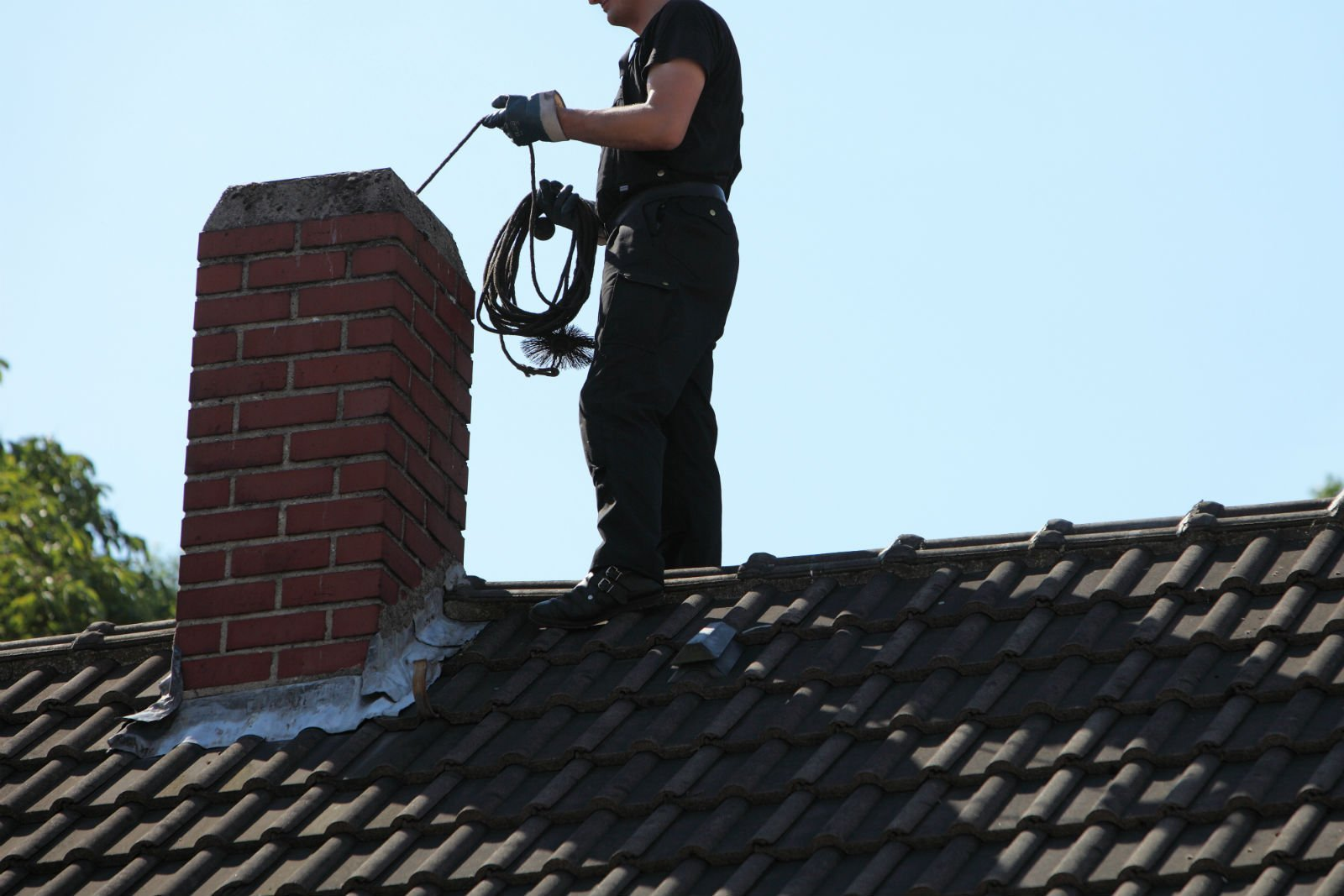 tecnico durante pulizia canna fumaria
