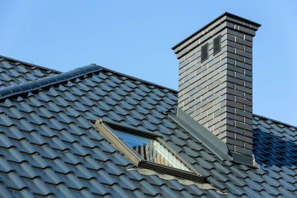 camino su un tetto di una casa