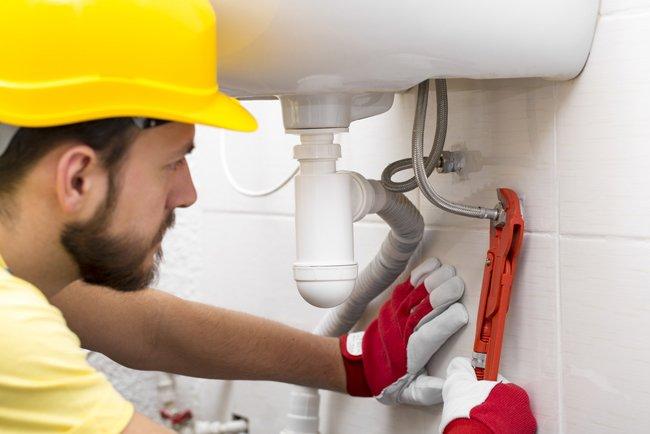 idraulico avvita tubi di un lavandino