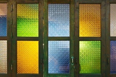 Concludiamo con un esempio di vetri colorati.