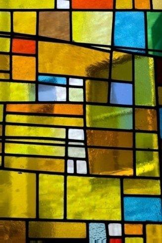 Un esempio di vetrata artistica.