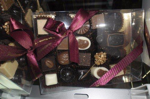 Scatoli di cioccolatini ornati per regalo