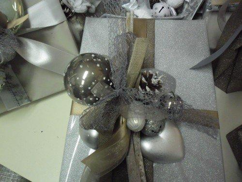 Scatoli di cioccolato con decorazione natalizia