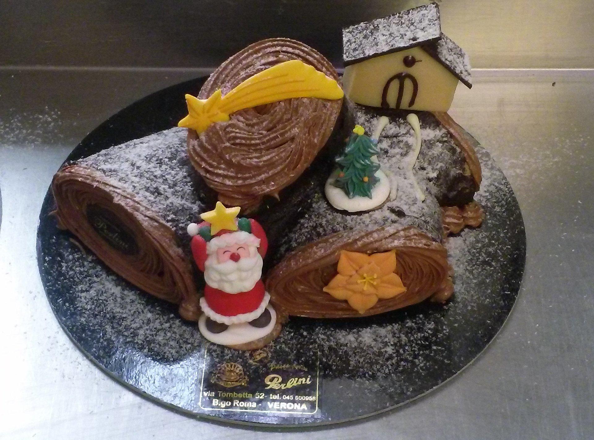 Dolce di Natale fatto di vari cioccolati