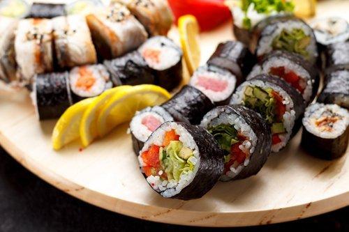 tagliere con sushi