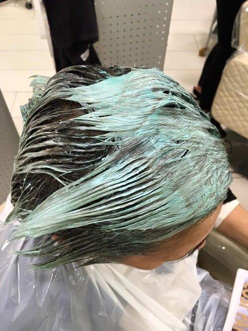 una donna con dei capelli verdi