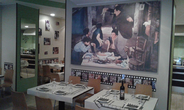Tavoli di un ristorante apparecchiati