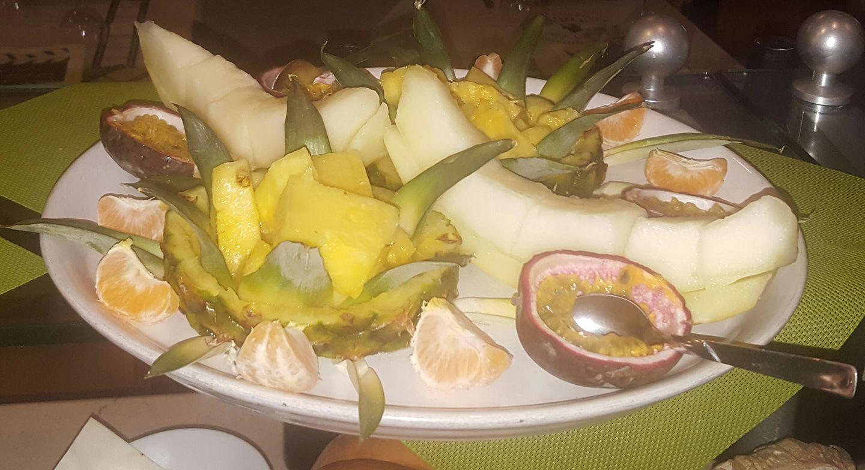 Un piatto di frutta