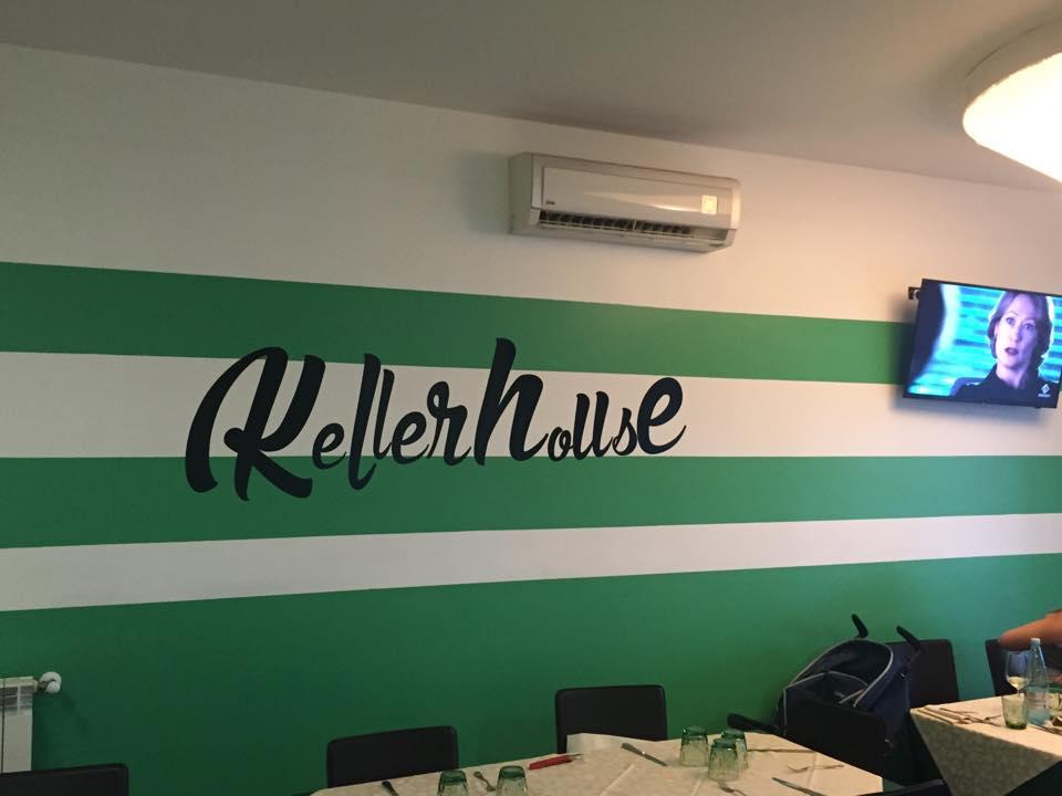 muro interno del ristorante dipinto in verde con scritta nera