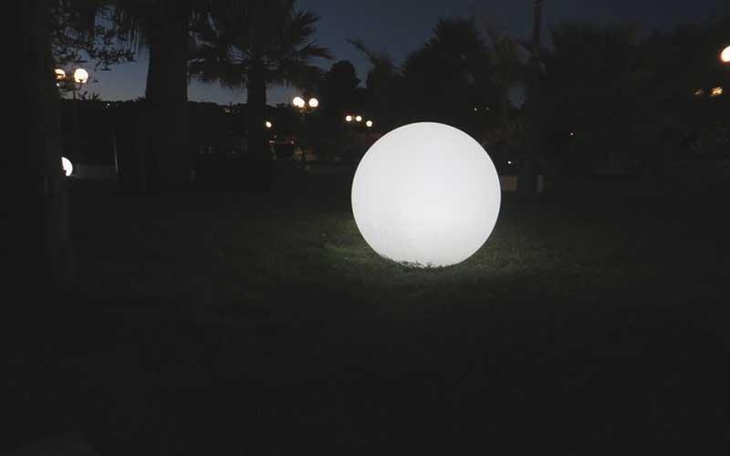 giardino con illuminazione nottura