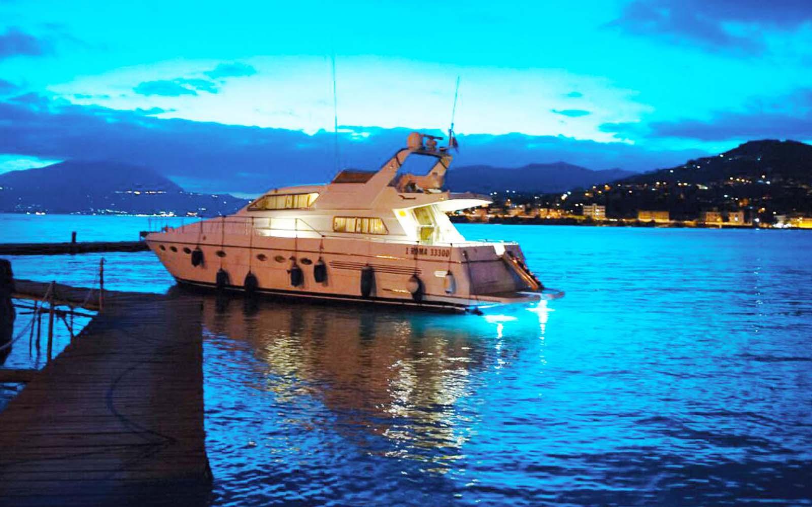 yacht visto di lato